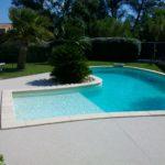 Aménagement d'un contour de piscine en plage de moquette de marbre à Agde dans l'Hérault - PM Aménagement