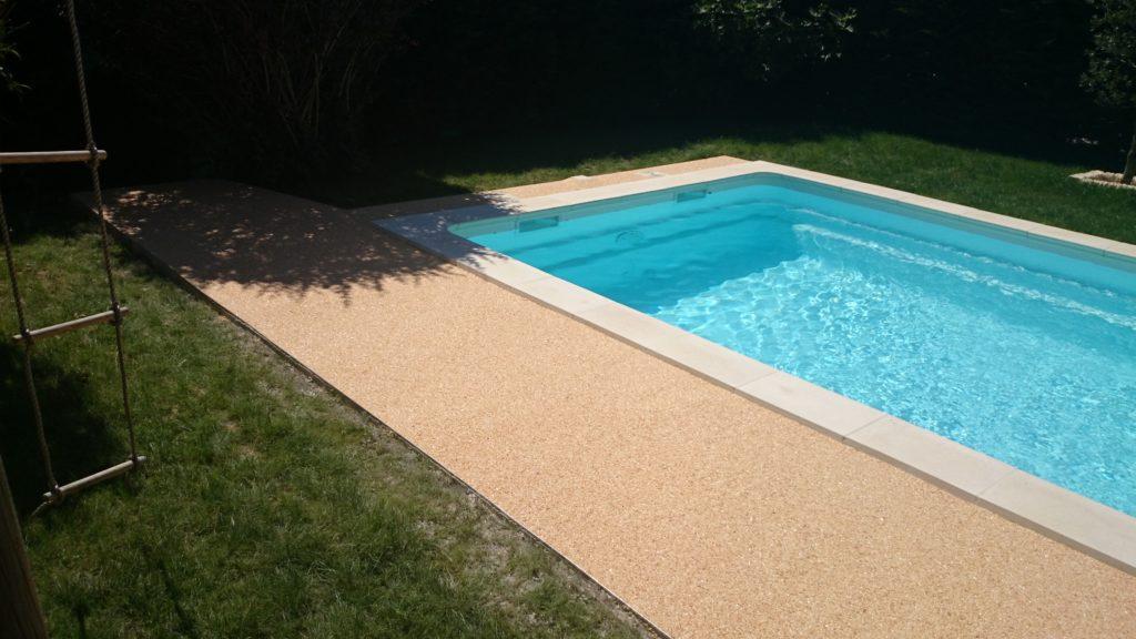 Plage de piscine en moquette de marbre Clermont-l'Hérault
